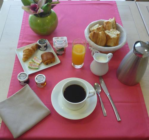 Breakfast options available to guests at Domitys Le Jardin des Trois Rois