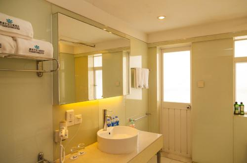 A bathroom at Chicago Suites International