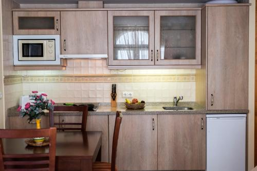 A kitchen or kitchenette at Apartamentos Turísticos Casa de La Borrega
