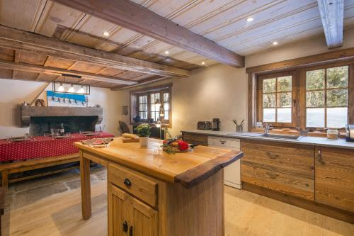 A kitchen or kitchenette at Chalet Le Solerey