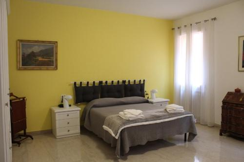 A bed or beds in a room at Carbonara Apartment