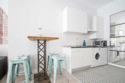 A kitchen or kitchenette at Modern 1 Bedroom Apartment