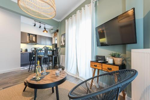 """A television and/or entertainment centre at """"SunBow Olive""""- Boutique Apartment in Dowtown Athens"""