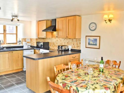 A kitchen or kitchenette at Valley Cottage