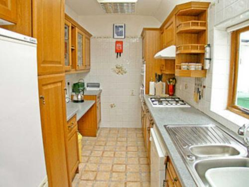 A kitchen or kitchenette at Whyte Cottage