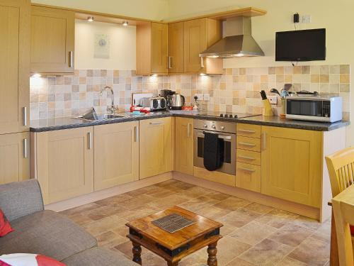 A kitchen or kitchenette at The Haybarn