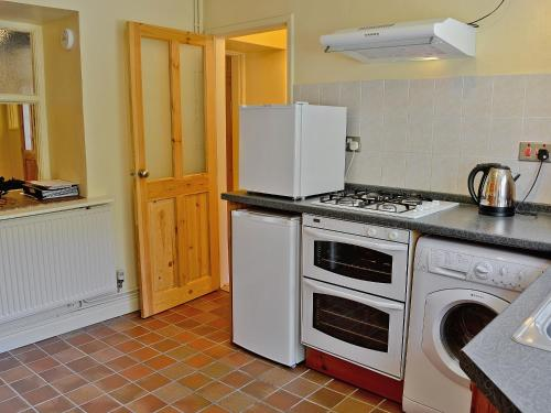 A kitchen or kitchenette at Cwm Yr Afon