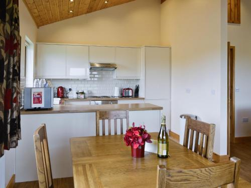 A kitchen or kitchenette at Bulrush Lodge