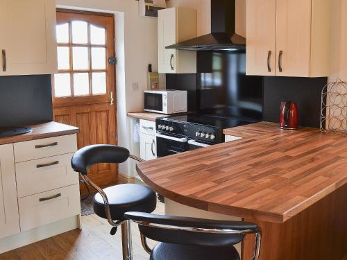 A kitchen or kitchenette at Libby'S Lodge