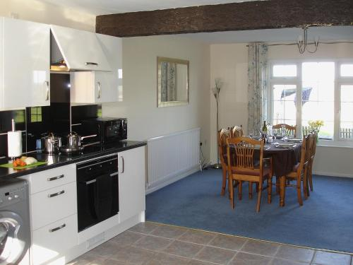 A kitchen or kitchenette at Jubilee Cottage