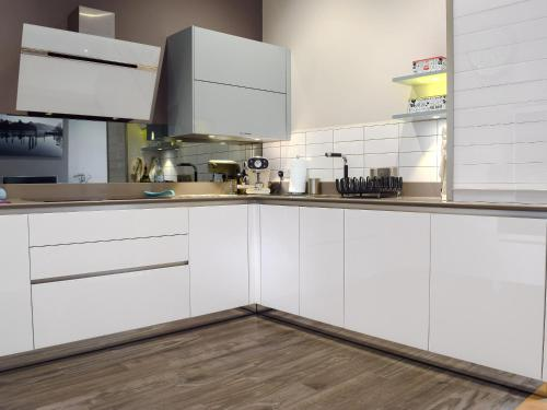 A kitchen or kitchenette at 7 Ladstock Hall (Deluxe)