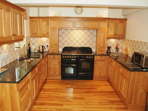 A kitchen or kitchenette at 3 Ladstock Hall (Deluxe)