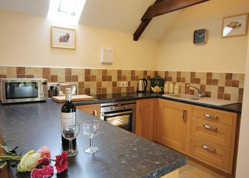 A kitchen or kitchenette at Bluebell Cottage II