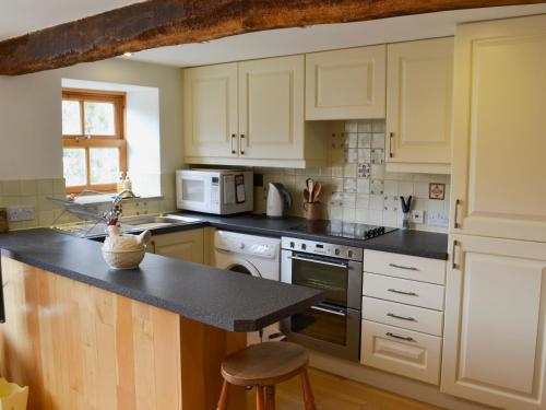 A kitchen or kitchenette at Castle House Cottage