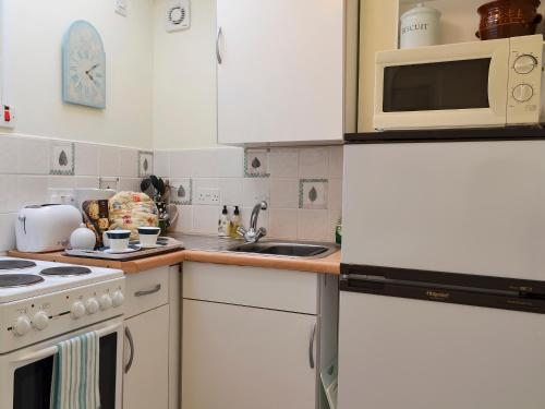 A kitchen or kitchenette at High Trees Apartment