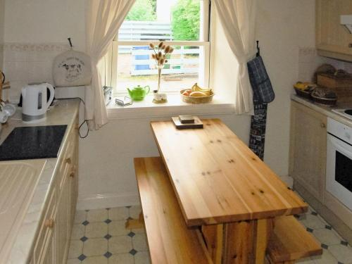 A kitchen or kitchenette at Old Stable Cottage
