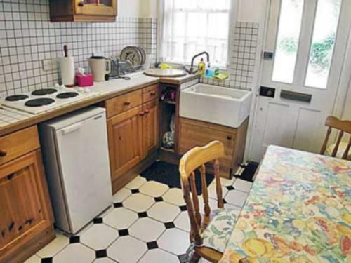 A kitchen or kitchenette at 2 Fort Victoria Cottages