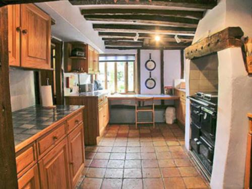 A kitchen or kitchenette at Meadow Cottage