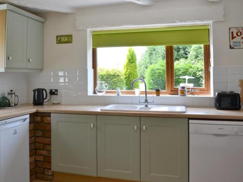 A kitchen or kitchenette at Caulton