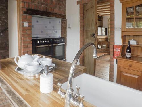 A kitchen or kitchenette at Lobster Cottage