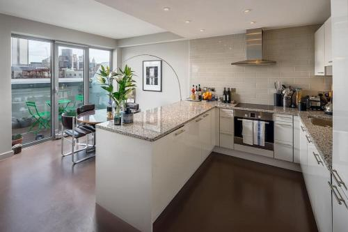 A kitchen or kitchenette at 2Bed 2Bath Duplex Flat, 2Balconies, St Paul's view