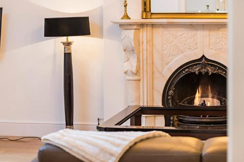 A television and/or entertainment center at Luxurious 3 Bed Apartment Ballsbridge area