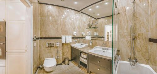 A bathroom at VIP Residence Danubius