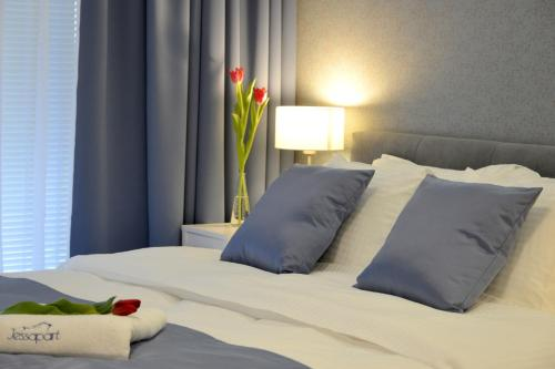 A bed or beds in a room at JessApart – Ochota Apartments