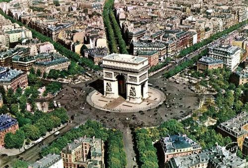 A bird's-eye view of Romantic studio / Champs Elysées