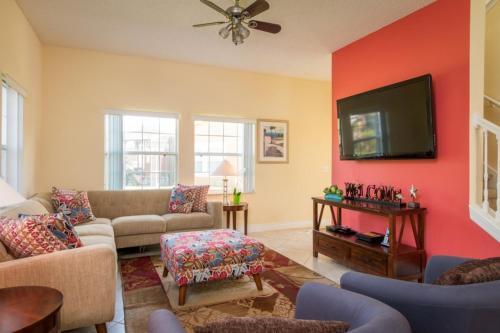 Uma área de estar em Pompano Beach Townhome #49851 Townhouse
