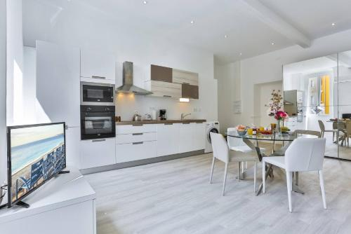 A kitchen or kitchenette at My Casa - Place Garibaldi