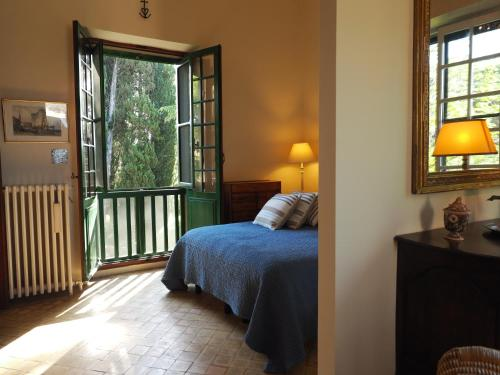 A bed or beds in a room at Domaine de Casteuse Appartement 2