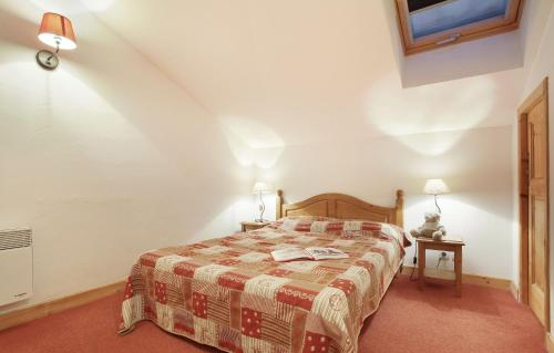 A bed or beds in a room at Résidence Odalys Les Belles Roches