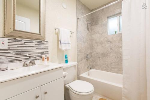A bathroom at Las Vegas 2Bdr, 2 min Strip, Convention, SLS, LVCC