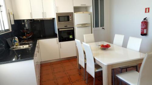 A kitchen or kitchenette at Vivenda Cabral