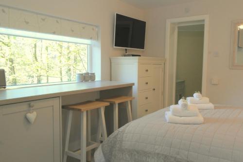 Cama o camas de una habitación en The Snug With Hot Tub