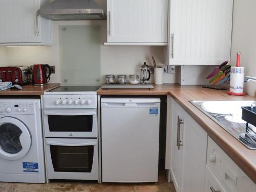 A kitchen or kitchenette at Plover Cottage