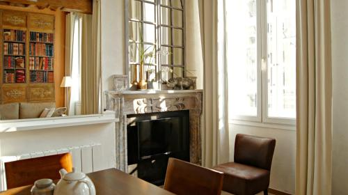 A seating area at Little Suite - Célestine
