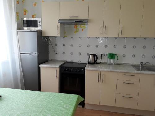 Cuisine ou kitchenette dans l'établissement Дмитров посуточно