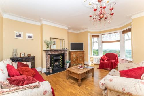A seating area at Beautiful Seaview 3 Bed Apartment South Shields