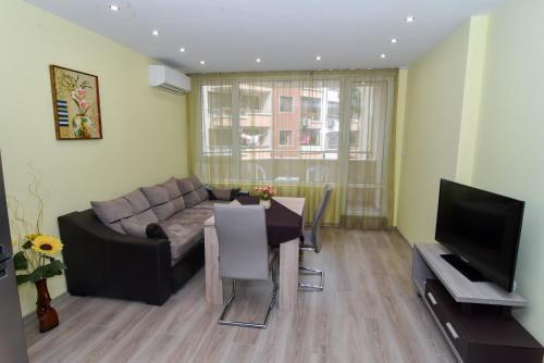 A seating area at Apartment DENI