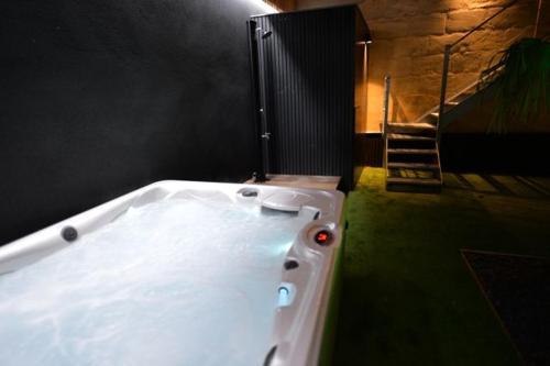 A bathroom at COSY NOX Bordeaux