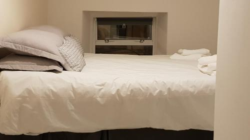 A bed or beds in a room at Kavanaghs Bar & Venue Townhouse