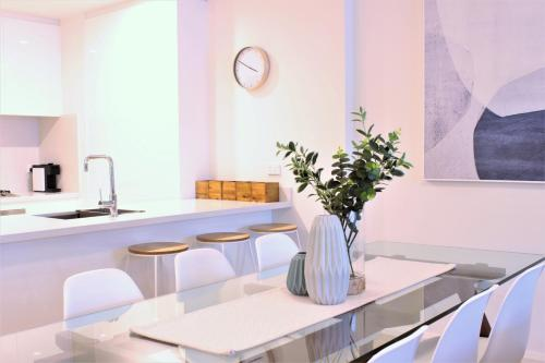 A kitchen or kitchenette at The Allengrove – Exec 2 bed (MACALN1)