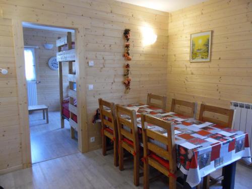 A restaurant or other place to eat at Appartement entre lacs et montagnes