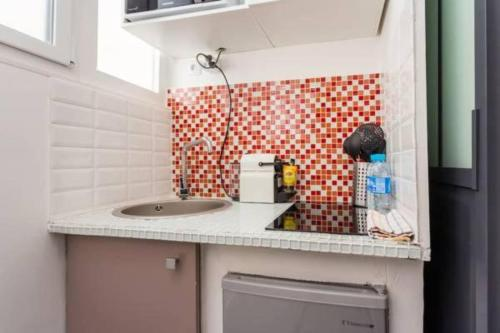A kitchen or kitchenette at CMG Canal Saint-Martin