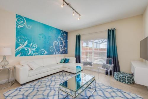 Uma área de estar em Candy Four-Bedroom Townhouse #8879