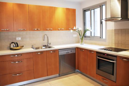 A kitchen or kitchenette at Feelhome - Abba Hillel - Ramat Gan