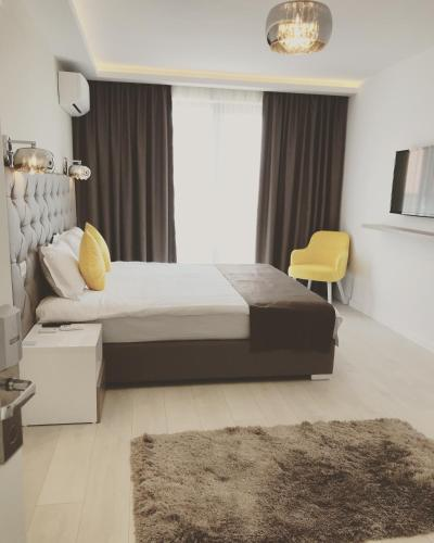 A bed or beds in a room at Mamaia Moments
