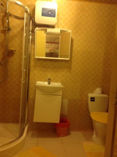 A bathroom at Queen's Apartment